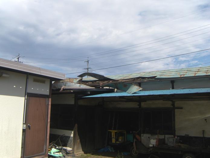 風で吹き飛んでしまった屋根